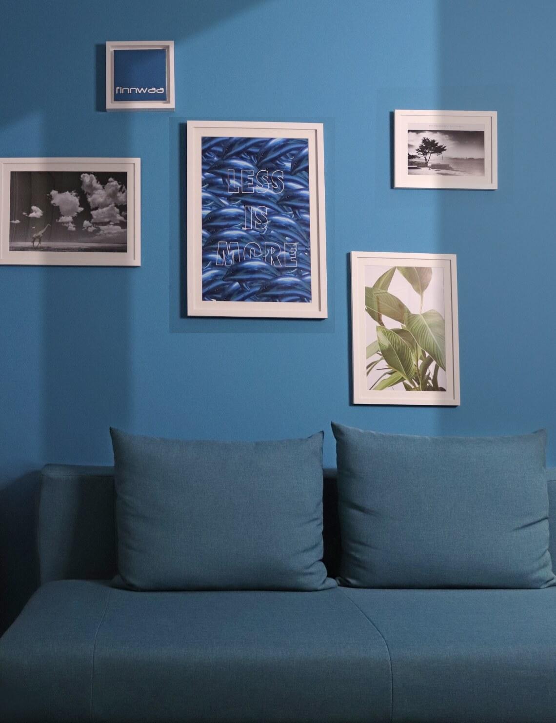 Bild blaue Wand mit Sofa